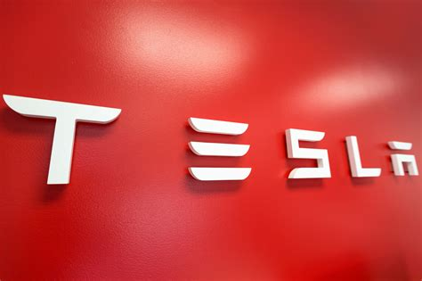 Tesla Falls as Analyst Says Company Facing 'Code-Red